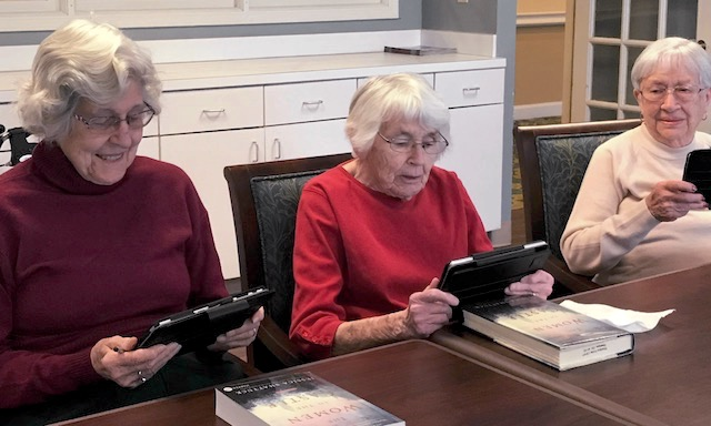 senior women learn to use ipads